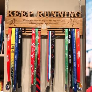 деражетель для медалей деревянная медальница для бегуна от Feeling Wood