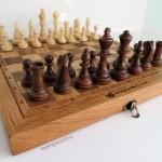 Шахматная доска из массива ценных пород с гравировкой логотипа Банка Открытие от Feeling Wood