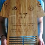 Держатель для медалей в виде футболки с эмблемой клуба и персональной гравировкой от Feeling Wood