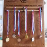 Держатель-для-медалей-с-олимпийскими-кольцами-от-Feeling-Wood