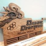 Именной-держатель-для-медалей-велоспорт--от-Feeling-Wood-ручная-работа