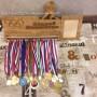 Деревянная спортивная медальница для хоккеиста с гравировкой от Feeling Wood